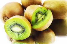 Benefícios do KIWI - Se você nunca experimentou um kiwi, você está perdendo a oportunidade de descobrir as maravilhas escondidas sob sua casca marrom – uma fruta deliciosa cheia de sabor e propriedades nutricionais maravilhosas.