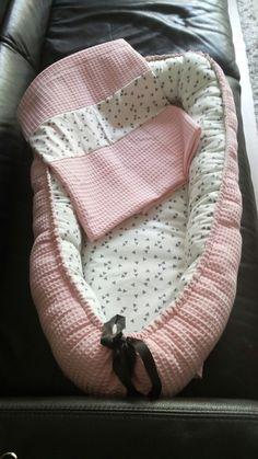 Babynestje met wafelstof dekentje gemaakt.