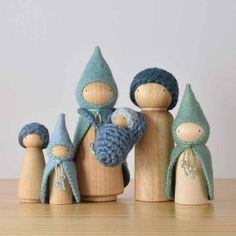 Seaside Wee Folk Sets Our Trio and Bunch doll sets are comprised of the smaller dolls in our range. Cluster, Bundle and Brood sets include our largest dolls, which are sling compatible.The Seaside Wee Folk wear sea green and blue in a variety of Wood Peg Dolls, Clothespin Dolls, Wood Toys, Diy For Kids, Crafts For Kids, Waldorf Crafts, Diy Waldorf Toys, Waldorf Playroom, Diy And Crafts
