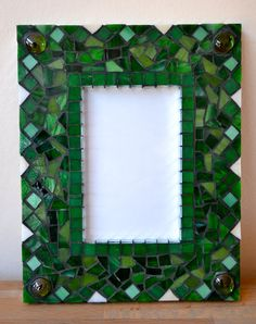 Green mosaic picture frame Mosaic Diy, Mosaic Crafts, Mosaic Projects, Mosaic Tiles, Stone Mosaic, Mosaic Glass, Glass Art, Mosaic Birdbath, Mosaic Garden