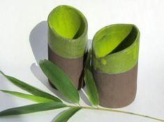 Diese Vasenserie der Keramikerin Saskia Lauth besteht aus Röhrenvasen in verschiedenen Höhen. Von Hand in dunkelbraunem Ton geformt und mit einer gelbgrünen Glasur im Inneren und am oberen Rand versehen, erinnern diese schlanken Vasen an Bambushalme. Earthenware, Stoneware, Head Planters, Keramik Vase, Pottery Studio, Diy Clay, Clay Art, Ceramic Pottery, Jewelry Art