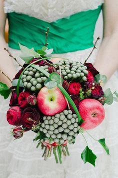Source: Babb Photo via bridal Snob Je suis complètement tombée amoureuse de ce bouquet… Le genre d'images que j'ai envie de publier dans la foulée. Le fleuriste a réussi à esquiver l'écueil du bouquet de roses rouges un peu cul-cul la praline et en faire quelque chose de surprenant.Ce bouquet d'amoureuse pourrait être celui de Blanche-Neige. Il est tout en contraste avec l'opposition de vert et de rouge. Le petit rappel de la mariée avec sa ceinture verte subl