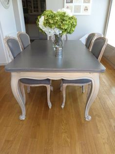 Tables et chaises patinés Great idea in totally different colors Decor, Furniture, Dining Table Makeover, Table Makeover, Kitchen Table Chairs, Dining Table Chairs, Painted Furniture, Home Decor, Refinishing Furniture