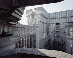 Ensaio mostra prédios retrofuturistasao redor de Paris que são incríveis | Virgula