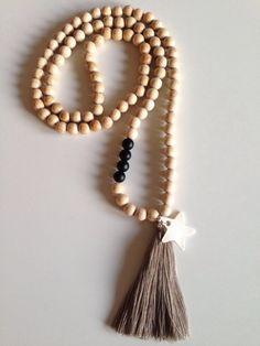 sautoir en perles en bois naturel et son pompon beige il est agr ment de 4 perles blanches et. Black Bedroom Furniture Sets. Home Design Ideas