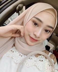 Hijab Fashion, Women's Fashion, Hijab Makeup, Selfie Poses, Beautiful Hijab, Graduation Ideas, Indian Girls, Makeup Inspo, Natural Makeup