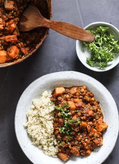 Vegetarisk ret med søde kartofler og linser Vegetarian Recipes, Healthy Recipes, Dinner Is Served, Hot Pot, Lentils, Fall Recipes, Healthy Lifestyle, Curry, Food Porn