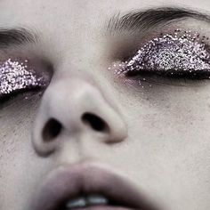 Delineated, smoky, colors, shapes and techniques to make up your eyes every time We propose ten eye makeup looks for different tastes and. Makeup Inspo, Makeup Tips, Hair Makeup, Makeup Videos, Glitter Pigment, Glitter Makeup, Glitter Lipstick, Purple Makeup, Tush Magazine