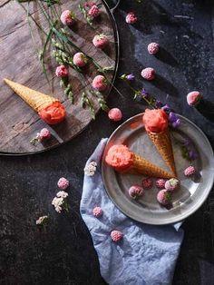 Jordbærsorbet Oppskrift (gir ca. 1 liter sorbet) 2 kurver norske jordbær (ca. 800 gram) 200 gr sukker 1 dl vann 1 økologisk sitron og saften av den Rens ...