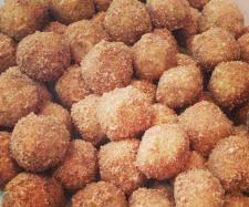 Doughnut Balls (Thermomix) 40 grams coconut 4 tsp cinnamon 150 grams oats 230 grams Brazil Nuts 60 grams coconut oil 80 grams honey