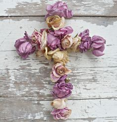 Dried roses on a heart-shaped frame Lavender Roses, Purple Roses, Faith Is The Substance, Drying Roses, Old Rugged Cross, Sign Of The Cross, Worship The Lord, Crosses Decor, Painted Cottage