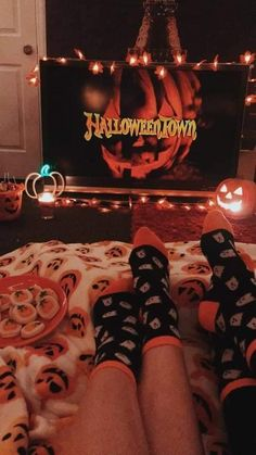Halloween Bedroom, Soirée Halloween, Halloween Inspo, Halloween Photos, Halloween Season, Fall Wallpaper, Halloween Wallpaper, Halloween Movie Night, City Photography