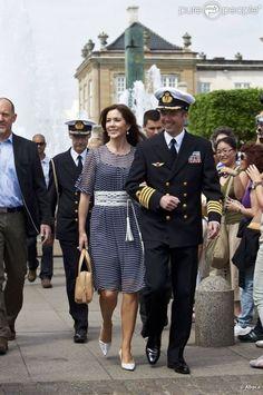 Le prince héritier Frederik et la princesse Mary se sont joints à la reine Margrethe II de Danemark et au prince consort Henrik pour célébrer les 80 ans du yacht royal, le Dannebrog, à l'occasion d'un déjeuner sur l'eau, le 26 mai 2012 à Copenhague. Il s'agissait simultanément du 44e anniversaire du prince Frederik, lequel avait revêtu son uniforme de capitaine de la Marine.