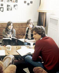 """Carrie Fisher, Harrison Ford y Mark Hamill estudiando el guión de """"El Imperio Contraataca"""" (The Empire Strikes Back), 1980"""