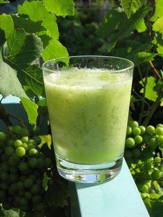 Lekker op een warme zomerochtend op het terras, deze komkommer druiven green smoothie. Komkommer druiven smoothie 1/4 komkommer 1/4 meloen 1 kopje druiven 1 kiwi 1 kopje ijsblokjes Bereiding: was de komkommer en druiven en schil de kiwi. doe het water, de groente , de appel en de banaan in de Freshmixer blend het met …