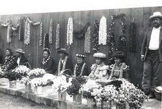 Hawaiian lei sellers in 1901. Hawaiian Art, Hawaiian Flowers, Hawaiian Leis, Vintage Hawaiian, Aloha Hawaii, Honolulu Hawaii, Hawaii Life, Rare Photos, Vintage Photos