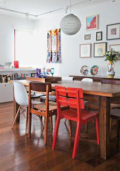 Na sala de jantar, a mesa comprada em um antiquário é rodeada por cadeiras de design contemporâneo (Habitart e Tok & Stok).