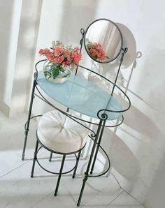 Nos últimos anos o mobiliário de ferro forjado se adaptou às novas tendências de decoração. Sem dúvida, uma das maiores vantagens de deco...
