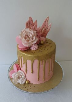 Buttercream drip cake with chocolate, strawberries, fondant roses and macarons. Chocolate Drip Cake, Fondant Rose, Rose Cake, Chocolate Strawberries, Drip Cakes, Sweet And Salty, Meringue, Cake Designs, Birthday Cakes