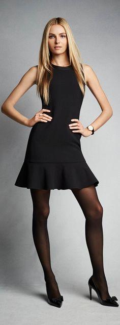 La parfaite petite robe noire de la collection Ralph Lauren Black Label pour femmes : cette robe bordée d'agneau est fabriquée aux États-Unis dans une luxueuse laine stretch avec un ourlet à basque.