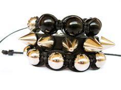 Kit com 3 pulseiras, sendo 2 shamballas com terminação regulável e 1 de 20cm (ponta a ponta) com spikes e base de couro terminada com uma fivela para regulagem.  - Produto exclusivo Blaze - R$52,90