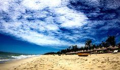 Platz 6: An Bang Beach, Vietnam. Der kilometerlange Sandstrand ist nur fünf Autominuten von Hoi An entfernt und hat es geschafft noch weitgehend unentdeckt zu sein. Mit kristallklarem Wasser und einer atemberaubenden Aussicht auf zwei vorgelagerte Inseln ist An Bang Beach der schönste Strand Vietnams. Ein Tipp: Unbedingt den traumhaften Sonnenuntergang abwarten.http://bit.ly/1hVOwVj