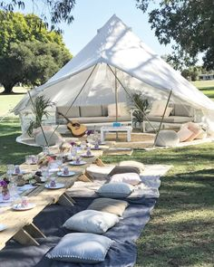 A tent as a wedding location with a beautiful wedding decoration sounds nice. # Tent # lounge # wedding location # wedding decoration # wedding – All For Garden Outdoor Spaces, Outdoor Living, Outdoor Food, Outdoor Trees, Outdoor Lounge, Outdoor Seating, Tent Wedding, Wedding Backyard, Wedding Tables