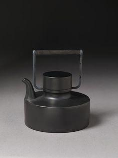 """Porcelain Noire"" teapot - Tapio Wirkkala"