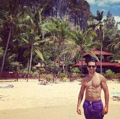 Für 'Fack ju Göhte 2' hat sich Elyas M'Barek wieder bestens in Form gebracht. Bei Instagram präsentierte der Schauspieler sein durchtrainiertes Sixpack in einer blauen Badehose am Strand vor malerischer Kulisse in Thailand.