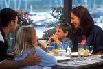 Voy a restaurantes con mi familia y amigos de la familia.