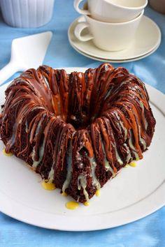 Mehevä suklaakahvikakku suklaa-piparmintturaidoilla ja Kiekun leivontamunat - Suklaapossu