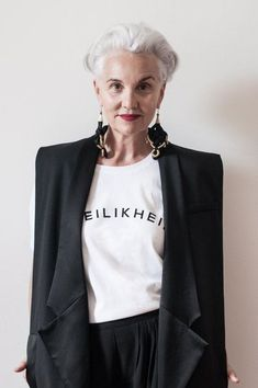 Match It with a Tee and Statement Earrings - Chic Ways To Wear Blazers for Women Over 50 - Photos - June 30 2019 at Mature Fashion, Older Women Fashion, Over 50 Womens Fashion, Fashion Mode, Fashion Over 50, Plus Size Fashion, Fashion Outfits, Fashion Tips, Fashion Trends