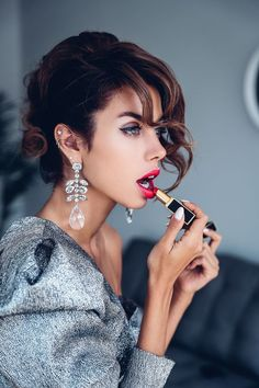 Gloss, Matte or Sheer: Find the Right Red Lipstick for You New Year Hairstyle, Tumbrl Girls, Viva Luxury, Gloss Matte, How To Apply Lipstick, Applying Lipstick, Unique Makeup, Shooting Photo, Red Lipsticks