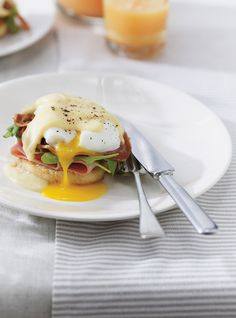 Ricardo& recipe: Eggs Benedict with Pancetta and Cheese Sauce Easy Egg Recipes, Easy Dinner Recipes, Dinner Ideas, Breakfast Menu, Breakfast Recipes, Breakfast Items, Ricardo Recipe, Pasta, Cheese Sauce