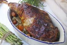 Helstekt lammelår med ovnsbakte grønnsaker, potetgrateng og rødvinssaus