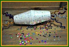 Create some fun mardi gras noise makers for your Fat Tuesday Celebration! Kids Food Crafts, Cup Crafts, Easy Crafts For Kids, New Year's Eve Crafts, Mardi Gras Centerpieces, New Year Art, Senior Gifts, Mask For Kids, Machine Embroidery Designs