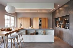 The team at Just'In Home Design filled House in Knokke with a modern and casual decor. The innovative design uses pieces with rounded edges, including a Wooden Kitchen, Kitchen Dining, Home Design, Design My Kitchen, Casual Decor, Gravity Home, Cuisines Design, Eclectic Decor, Kitchen Interior