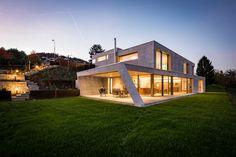 Architektenhaus #CASA_ESMERALDA Die visionäre Architektur setzt den See aus allen Blickwinkeln in Szene. Beim Betreten der Casa Esmeralda ist man sofort fasziniert von der Magie der hellen Räume. Lass auch Du dich inspirieren. Dein bautrends.ch - Inspirationsteam . . #neubau #architektenhaus #hausplanung #architektur #hausbau #architekt #individuell #festpreis #designhaus #design #einfamilienhaus #martydesignhaus #bautrends Style At Home, Moderne Lofts, Mansions, House Styles, Design, Rooms, Home Decor, Wooden Panelling, Wood Furnace