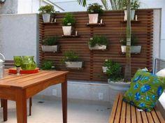 Uma cliente pediu para montar uma horta na varanda do apartamento dela. Fui buscar ideias no Google e encontrei algumas imagens de hortas l...