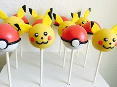 Pokemon Cake Pops would be the perfect treat at your Pokemon party Bolo Pikachu, Pikachu Cake, Pokemon Birthday, Pokemon Party, Pokemon Cake Pops, Cake Pop Designs, Cupcakes Decorados, Oreo Pops, Cute Desserts
