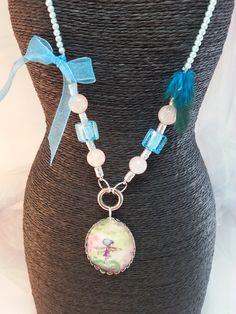 joli sautoir perlé bleu , cabochon ovale en verre , dessin naîf ,tendre petite fille support argenté, 4 perles : Collier par creationsannaprague