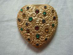 VINTAGE NAPIER GOLD TONE FLORAL REPOUSSE HEART SHAPE POWDER COMPACT WITH GEMS