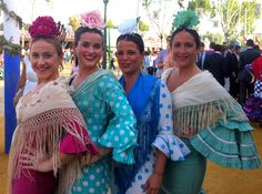Tardes de paseo en la Feria de Sevilla Traditional Gowns, International Festival, Folk Costume, Andalucia, Kinds Of People, Dance Costumes, Spain, Ruffle Blouse, Textiles