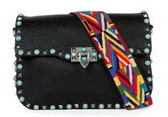 Bolsa Valentino com aplicação de pedrarias e alça colorida removível personalizada.