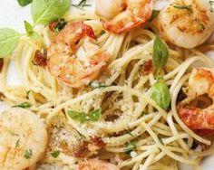 Spaghettis aux Saint-Jacques, crevettes, ail et basilic