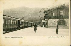 Nordland fylke Narvik Narvik S jernbanestation Verdens nordligste jernbanestation med tog og folk på perrongen. Tidlig 1900-tallet