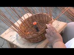Kerek kosár készítése - YouTube Willow Weaving, Basket Weaving, Basket Willow, Corn Husk Dolls, Papercrete, Newspaper Basket, Paper Weaving, Vintage Baskets, Art N Craft
