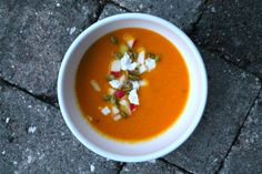 Pumpkin soup with apple and goat cheese // græskarsuppe med æble og gedeost - anna-mad.dk Thai Red Curry, Feta, Soup Recipes, Spicy, Ethnic Recipes, Mad, Soap Recipes
