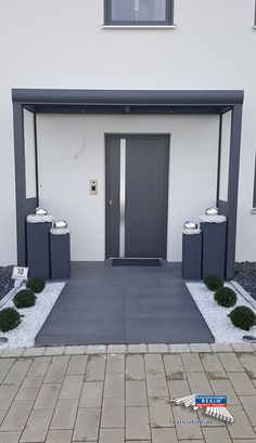 An aluminum front door canopy of the brand REXOvita VSG x in anthracite with side panel board & plexi. This aluminum front door canopy fits perfectly with the modern designed front door. Two side walls equipped with highly transparent Plexiglas provi Modern Entrance Door, Modern Front Door, House Entrance, Entrance Doors, Garage Doors, Door Design, Exterior Design, Aluminium Front Door, Front Door Canopy