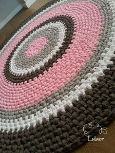 alfombra de trapillo patron Crochet round rug fabric yarn round rug zpagetti yarn by Lulaor Crochet Mat, Crochet Rug Patterns, Crochet Carpet, Crochet Round, Crochet Home, Crochet Crafts, Knit Rug, Rug Yarn, Fabric Yarn